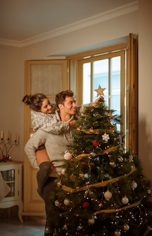 Couple heureux, décorer, arbre noël