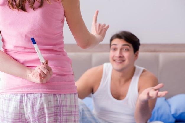 Couple heureux découvrant les résultats des tests de grossesse