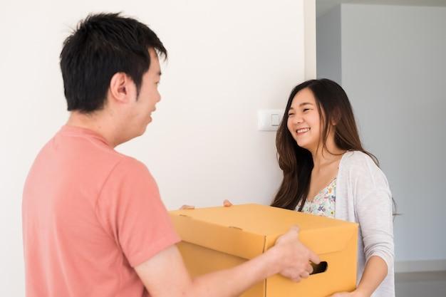 Un couple heureux déménage dans une nouvelle maison