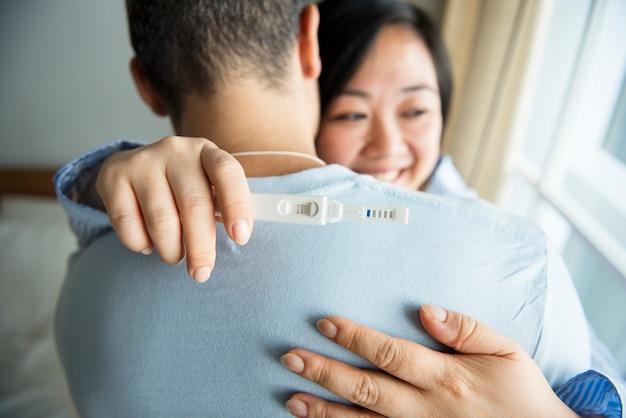 Un couple heureux du résultat du test de grossesse