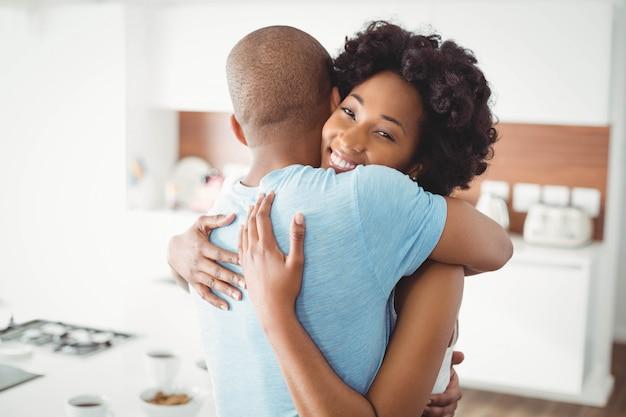 Couple heureux embrassant dans la cuisine