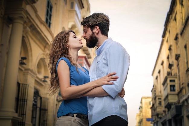 Couple heureux embrassant dans la rue