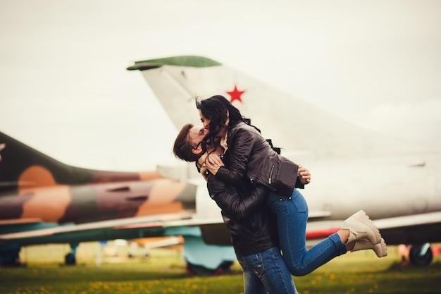 Couple heureux embrassant et souriant