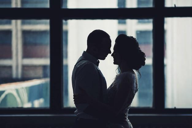Couple heureux embrassant