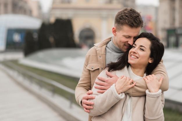 Couple heureux, embrassé, dehors