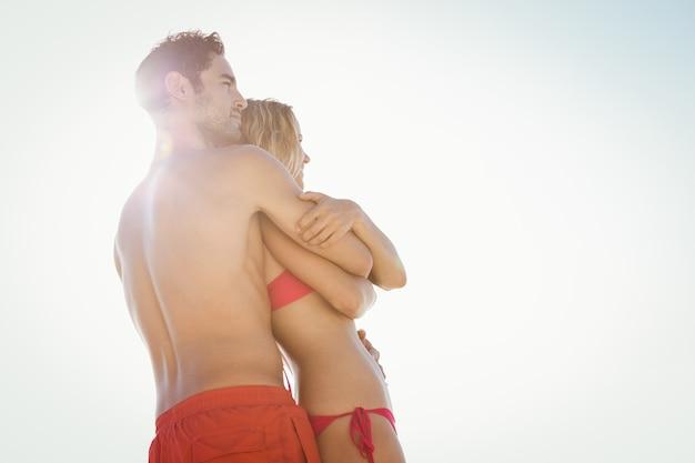 Couple heureux, embrasser, plage