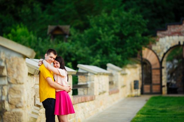 Couple heureux, étreindre dans le parc par une belle journée