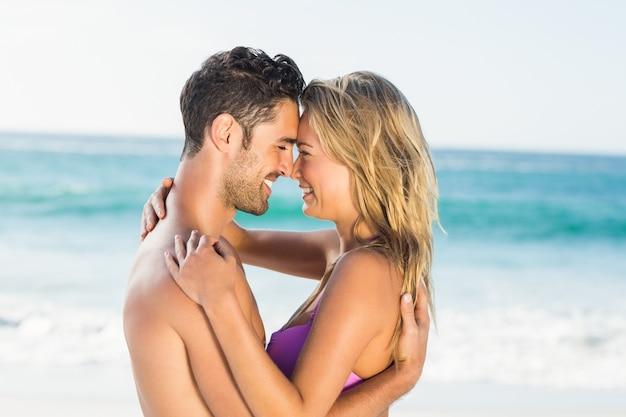 Couple heureux, étreindre, plage