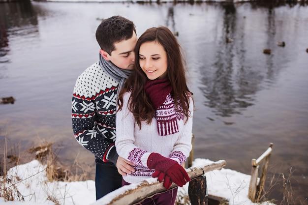 Couple heureux, étreindre