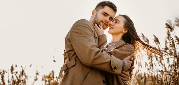 Couple heureux faible angle dans la nature