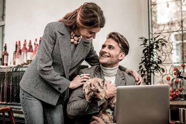 Un couple heureux. femme, étreindre, elle, petit ami, tenue, a, chien