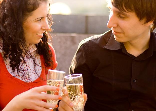Couple heureux fête avec champagne