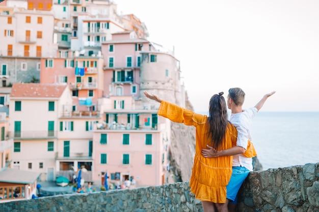 Couple heureux fond magnifique village de manarola, cinque terre, ligurie, italie