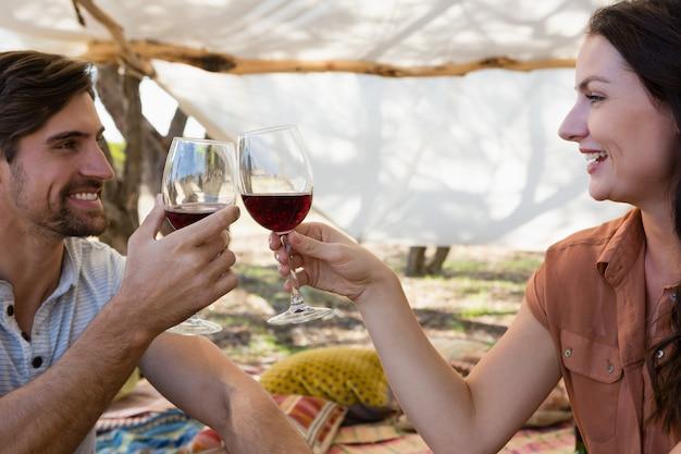 Couple heureux grillage des verres à vin
