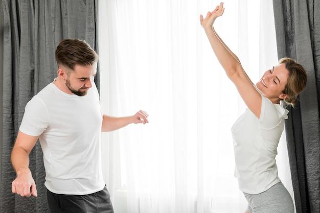Couple heureux à l'intérieur dans la chambre