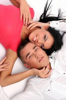 Un couple heureux jeune et attrayant