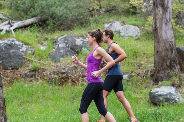 Couple heureux, jogging, sur, champ