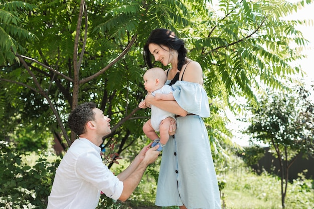 Couple heureux avec leur bébé dans le parc
