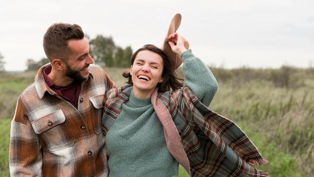 Couple heureux à mi-tir dans la nature