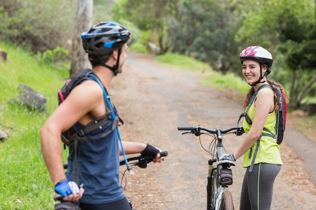 Couple heureux, à, motards, sur, sentier