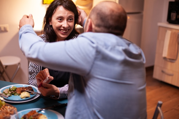 Couple heureux avec des nouvelles de la grossesse lors de la célébration de la relation. couple excité souriant, embrassant et s'embrassant pour cette excellente nouvelle. enceinte, jeune femme heureuse pour le résultat embrassant l'homme.
