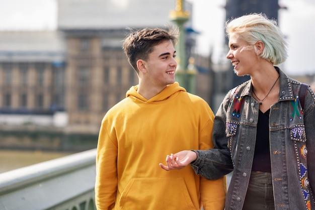Couple heureux par le pont de westminster, la tamise, londres. royaume-uni.