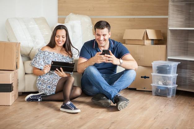 Couple heureux parlant de l'option de décoration dans leur maison. évolution de la relation