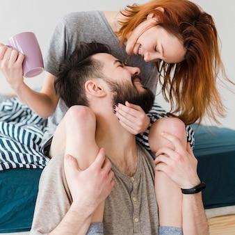 Couple heureux, passer, temps, intérieur, gros plan