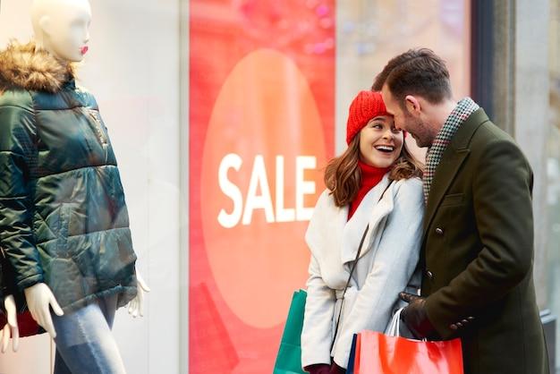 Couple heureux pendant le lèche-vitrines en hiver