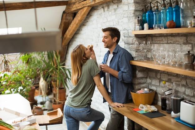 Couple heureux, petit déjeuner ensemble à la maison