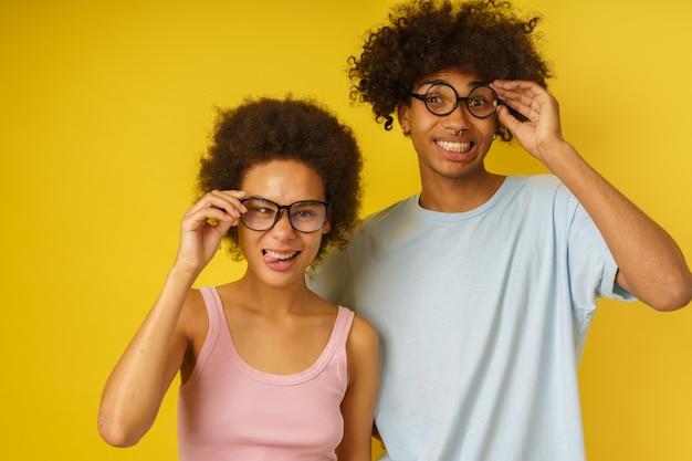 Un couple heureux plaisante ensemble en faisant des grimaces