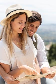 Couple heureux avec plan moyen de carte