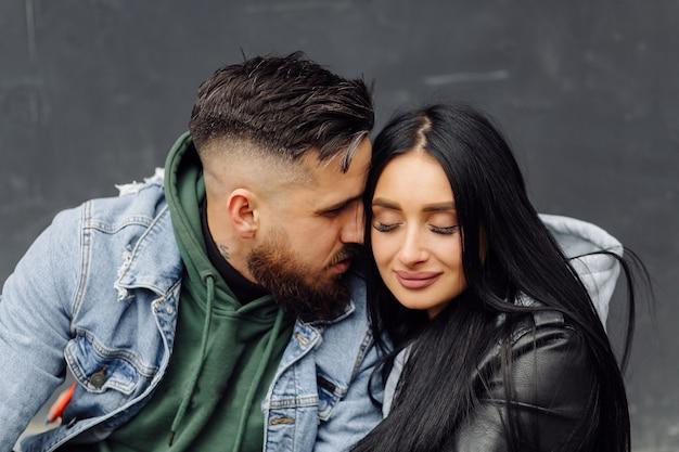 Couple heureux en plein air amoureux posant près de café