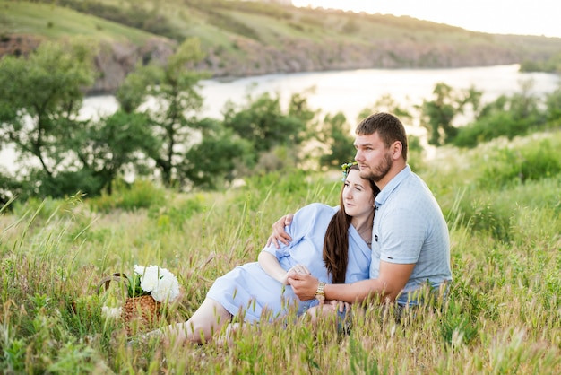Couple heureux en plein air. homme et femme souriante ayant pique-nique dans la campagne.