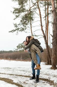 Couple heureux plein coup dans la nature