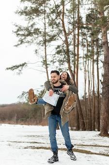 Couple heureux plein coup à l'extérieur