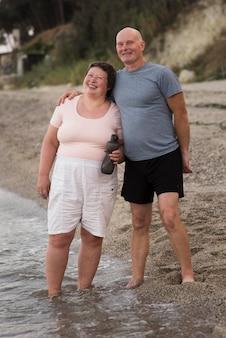 Couple heureux plein coup à la plage
