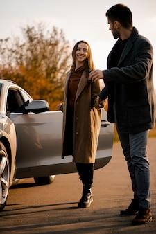 Couple heureux plein coup avec voiture