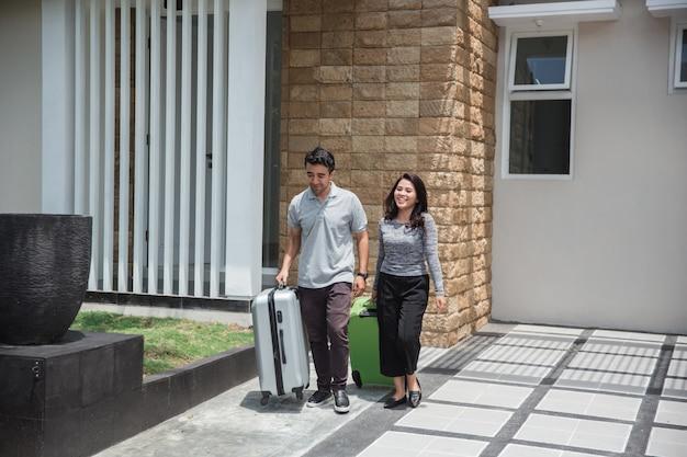 Couple heureux, porter, leur, valise