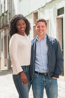 Couple heureux posant dans la ruelle