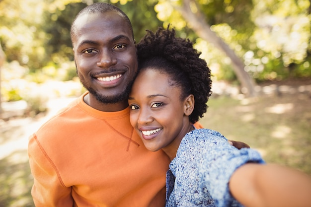 Couple heureux posant ensemble