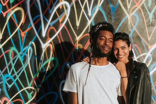 Couple heureux pose pour la caméra