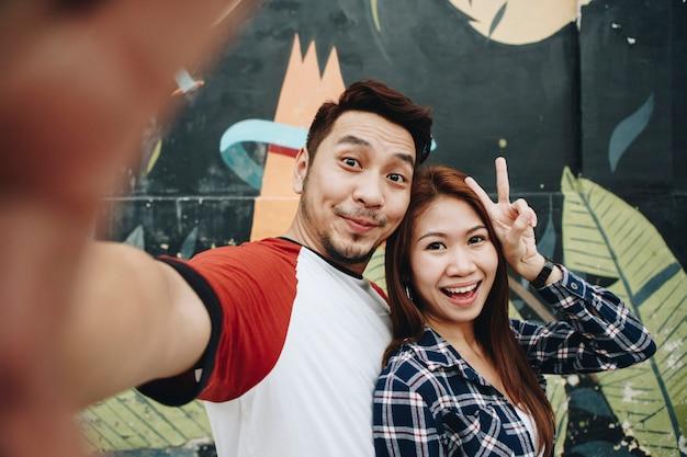 Couple heureux prenant selfie ensemble
