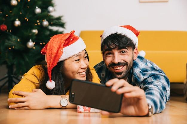 Couple heureux prenant selfie à noël