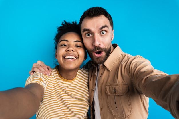 Couple heureux prenant selfie