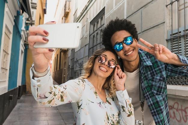 Couple heureux de prendre un selfie