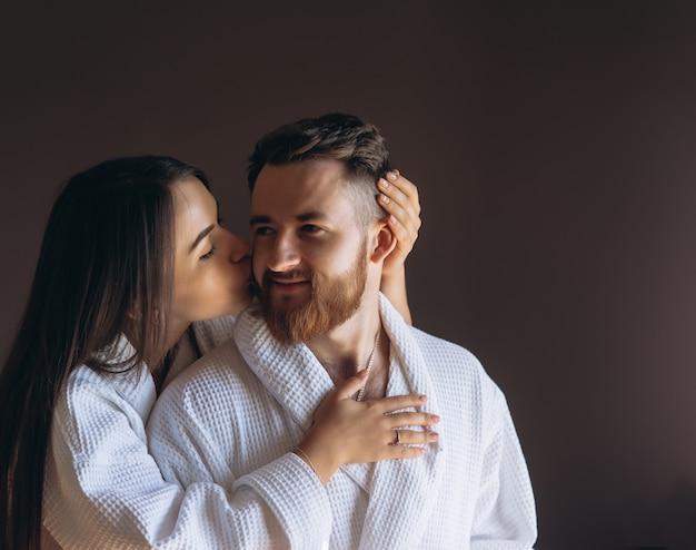 Couple heureux profiter de la compagnie de l'autre dans une chambre d'hôtel.
