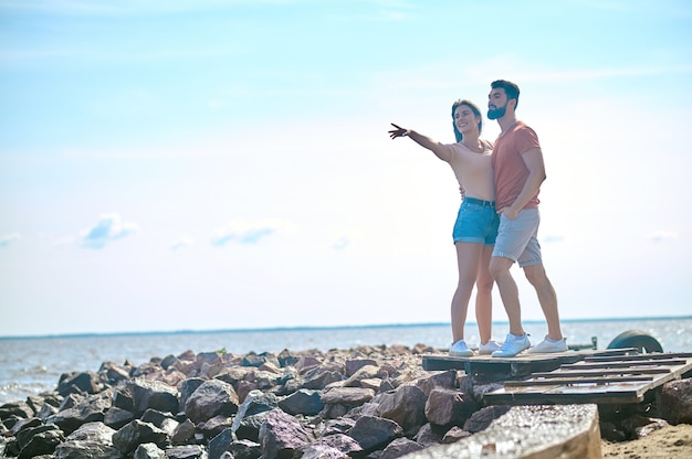 Un couple heureux qui passe du temps au bord de la mer