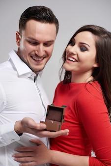 Couple heureux en raison de l'engagement