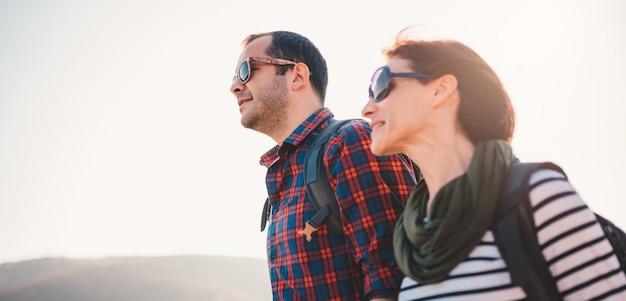 Couple heureux, randonnée ensemble sur une montagne